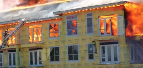 Stor brand i lyxhus kan ha orsakats av svetsare